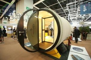 浴室外設有後門,掩門呈圓形,劃一以強化清玻璃及黑色鋼材製成。