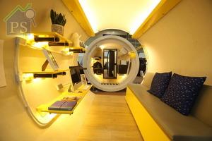 影音架結合其他儲物式傢俬設計,兼具層板及掛勾功能。留心看,室內的電線喉劃一以外露式設計。
