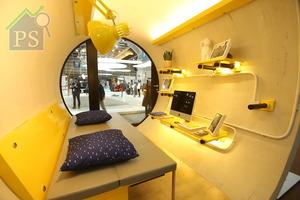 室內大部分訂造傢俬也選用了夾板及黃色髹油效果,其中包括儲物式梳化床,收納暗格設於下層,一物二用。
