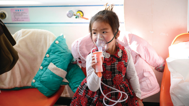 內地流感近期高發期,圖為小孩正進行霧化治療。