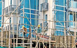 香港土地及房屋問題由來已久,嚴重影響香港經濟競爭力及香港人居住質素,故急需建立一個樓市長效機制,以增加土地供應彈性、對冲一系列生產「熟地」過程中的風險。(資料圖片)