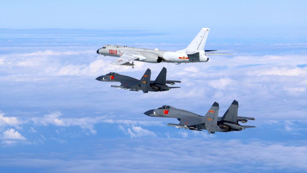 解放軍近月多次發布照片,顯示大陸軍機靠近台灣飛行。