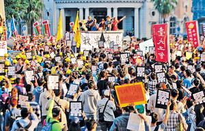 台灣管治差劣令民怨日深民心思變,對統一的抗拒已稍減。圖為上月台灣多個團體發起遊行,反對勞基法修法。 (中新社資料圖片)