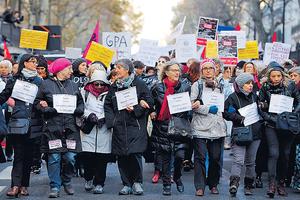 外國有婦女上街,抗議女性遭受暴力對待。(法新社資料圖片)