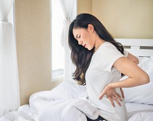 如果在沒有跌傷的情況下,久坐站立或起床時發現腰痛難當,便有機會患上非創傷性腰痛。(iStockphoto)