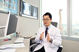註冊脊醫朱君璞指出,脊醫問診除病人脊骨問題外,還會問及他的生活排泄習慣。「神經系統控制全身器官,除了病人感不適的部位外,有否身體其他問題如便秘,可能當事人自己也不察覺兩者有關。」(湯炳強攝)