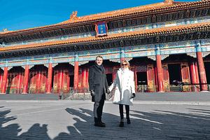 2018年起首,中國對外工作的大事,乃接待法國總統馬克龍(左)來華作國事訪問。圖為馬克龍偕夫人同遊北京故宮。(法新社資料圖片)