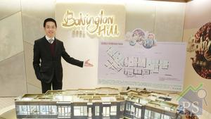 新地代理總經理陳漢麟昨日介紹巴丙頓山部分單位設計,項目多採用玻璃幕牆,增加空間感及採光度。(梁偉榮攝)