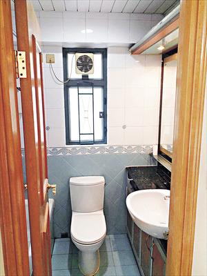 浴室乾淨,潔具齊備。