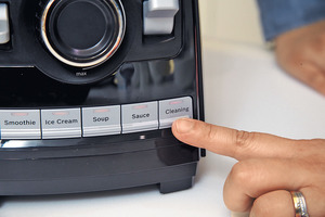 高速攪拌機特別設有清潔模式,只要倒進清水,按下清潔模式,隨即將刀片與攪拌杯清洗乾淨。(本刊攝影組)