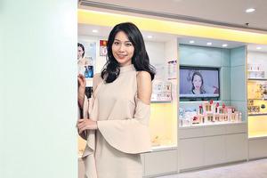 藝人楊秀惠初入行常被指「包包面」,後來她積極尋求有效產品,無心插柳下,成就了現時的千萬美容王國。(湯炳強攝)