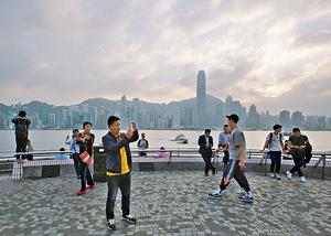 香港被譽為購物天堂和美食天堂,2016年整體訪港旅客數目達5670萬人次。在成熟的旅遊業基礎上,推動醫療旅遊自然事半功倍。(資料圖片)