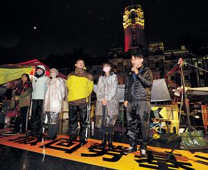 在台灣,時代力量在勞基法修正爭議,行動上最激烈反抗,似在複製當年太陽花學運衝擊各政府機關的做法,但對象卻已換成蔡英文政府,上演了綠營決裂的戲碼。(中央社資料圖片)