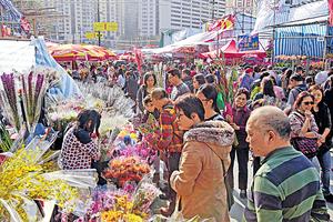 年宵市場人山人海,廢物處理工作異常艱巨,需要靠商戶及市民自律。(資料圖片)