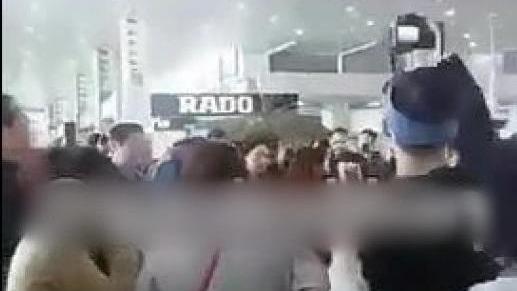 伊朗首都德黑蘭上月27日遭遇暴雪,航班嚴重延誤,有中國內地旅客不滿滯留,在機場高呼「中國」。