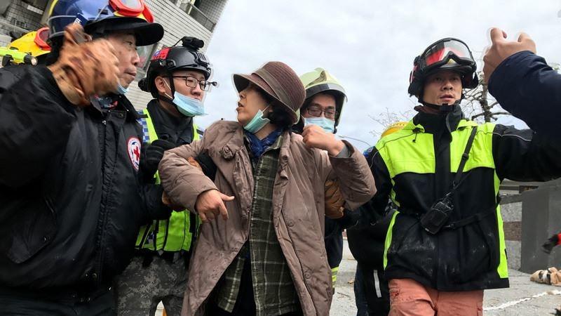 花蓮強震,雲門翠堤大樓傾斜嚴重,搜救人員今天在大樓9樓救出一名韓國籍婦人,意識清楚,無明顯外傷。(中央社圖片)