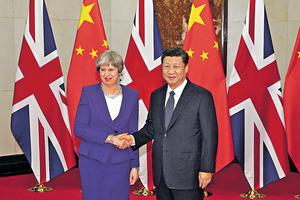英國首相文翠珊(左)日前首度訪華,與國家主席習近平會面(右),並屢屢向中國示好,稱讚中國商機無限。(路透社資料圖片)