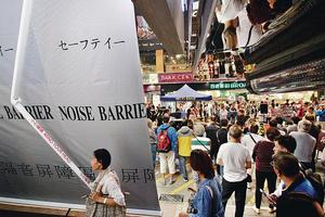 本港人口密集度趨上升,噪音問題恐難以杜絕。圖為旺角行人專用區早前有店舖在門外懸掛隔音屏障。(資料圖片)