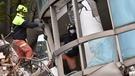 救援人員進入傾倒的花蓮雲門翠堤大樓現場進行救援。(新華社圖片)