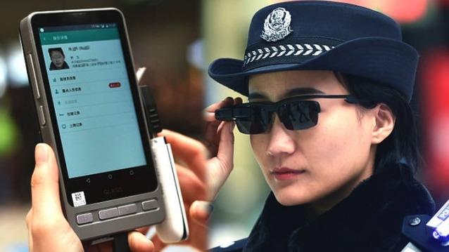 一名女警察在河南鄭州火車站佩戴人臉識別墨鏡。