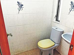 洗手間尚算乾淨企理。(本刊攝影組)