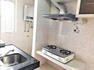 廚房光綫充足,並備有基本爐具。(本刊攝影組)