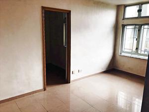 客廳面積闊落,適合小家庭入住。(本刊攝影組)