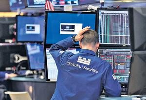 美股股災發生的最根本原因是經過長期升浪後累積升幅過高,形成泡沫。(新華社資料圖片)
