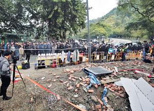 九巴前晚在大埔公路發生嚴重車禍,造成數十人死傷,大批家屬昨在現場路祭。(陳靜儀攝)