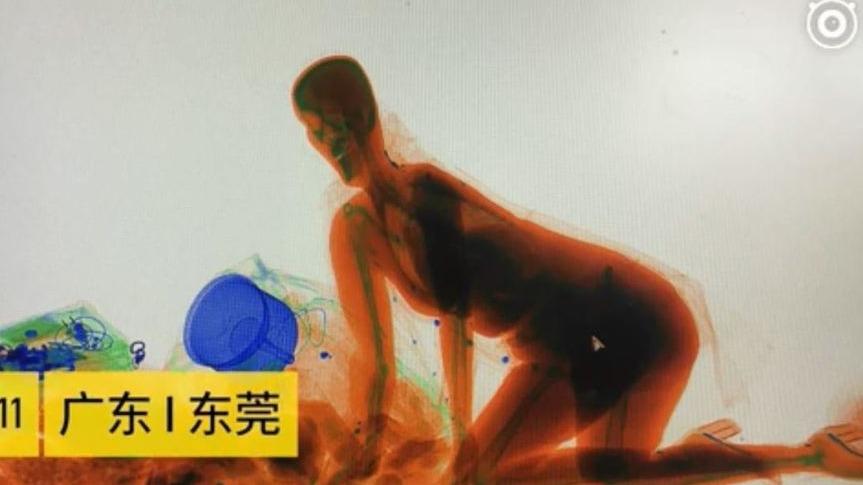 東莞市火車站的安檢機,竟然出現了一名疑似女性的人形圖象,嚇得安檢人員還以為發生了靈異現象。
