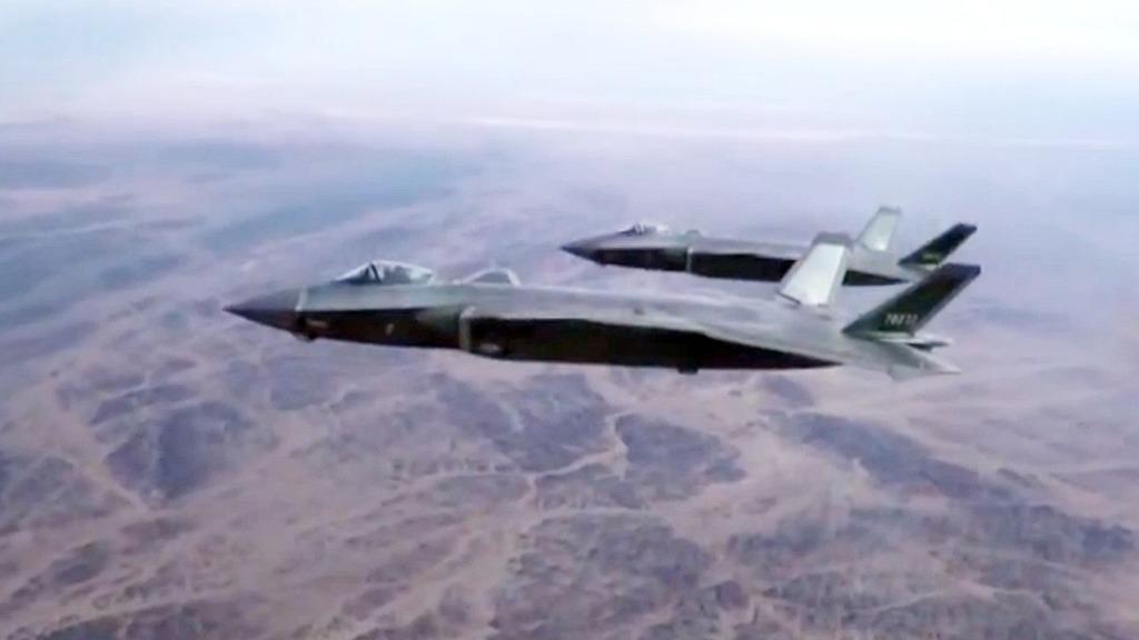 殲-20以編隊形式飛行。