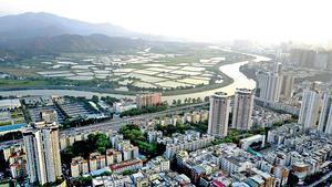 在「粵港澳大灣區」倡議下,相信香港與內地之間的交往聯繫和經貿等活動將更趨緊密,故歐盟部分國家的特別稅務安排值得中港參考。圖為深港相連的深圳河。(中通社資料圖片)