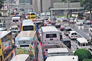 政府可考慮提升首次汽車登記稅,紓緩交通擠迫情況,並加快推行電子道路收費等。(資料圖片)