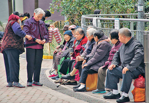本港人口老化問題嚴重,若藉輸入新生家庭,延緩老齡化,在香港就成為至尖銳的政治問題。(資料圖片)