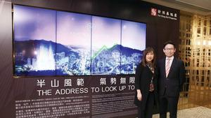新地代理業務部總經理張卓秀敏(左)表示,屯門御半山短期可獲批預售。右為業務部高級項目經理(銷售)林青龍。