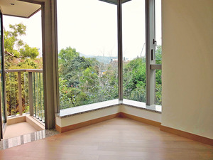 主人套房設有曲尺大窗,增加整體採光度之外亦有助賞景。(本刊攝影組)