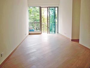 長廳鋪設木地板,外連露台有助室內通風。(本刊攝影組)
