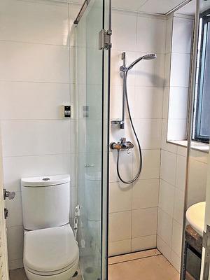 洗手間鋪白瓷磚,並設淋浴間,感覺整潔。(本刊攝影組)