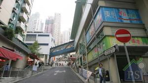 舊區重建愈來愈多,價值千萬的新樓旁仍保留不少舊區「遺產」。