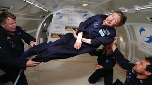 霍金雖然因為漸凍症失去行動能力,卻展現頑強生命力,活出奇蹟。圖中他正在高空體驗無重狀態
