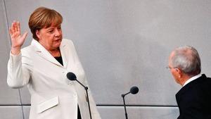 默克爾(左)宣誓就任德國總理。