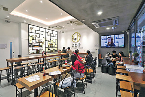 餐廳設計以白色為主,配有黑色、富中國色彩綫條,Chris透露是參考自華人建築師貝聿銘的設計,將傳統以現代化呈現眼前。(陳智良攝)