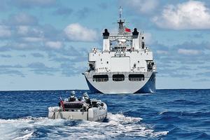 中美衝突由經貿擴散到軍事領域的可能性不容排除,如中國在南海駐重兵,美國在周邊亦有相似部署。圖為中國南海艦隊早前演練。(新華社資料圖片)
