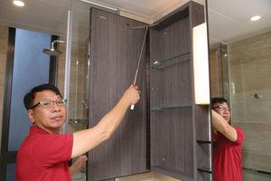 鏡櫃內加裝繩索,能預防櫃門與玻璃浴屏門碰撞,惟繩索容易鬆脫。