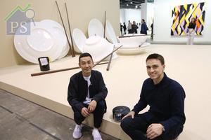 台灣藝術家周育正(排左)與dyson高級設計工程師Kyle Toole,在展品前分享創作過程與個人感受。
