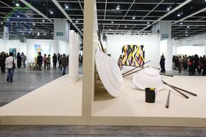 面積接近300呎的展台,分為前後兩個獨立區域,前方擺放了6套巨型餐具雕塑。