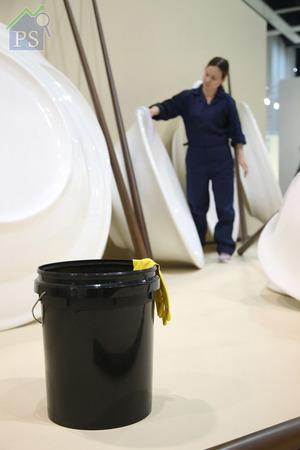 展台上的黑色水桶與黃色手套,也是生活劇場中不可或缺的場景裝置之一。