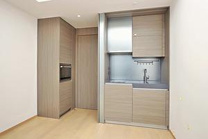 (1座高層A08室)開放式廚房以淺木色作為主要色調,配備齊全。(本刊攝影組)