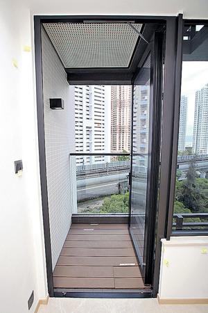 (1座中層A01室)單位外連22平方呎露台,打開門口有助單位通風。(本刊攝影組)