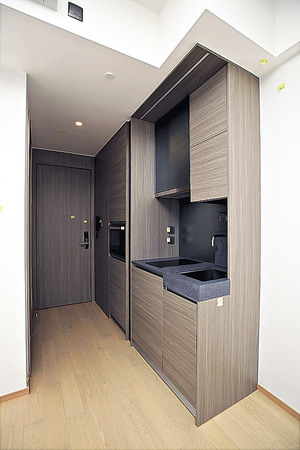 (1座中層A01室)開放式廚房備有多個廚櫃,方便收納日常用品。(本刊攝影組)